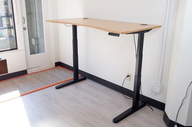 Chân bàn có 3 nâng giúp tăng chỉnh độ cao của bàn thông minh